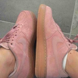 Super snygga rosa mocka nike air skor!!  Använda endast en gång pga. för stora för mig och gick inte att skicka tillbaka. Nypris 1 200kr Frakt tillkommer💘💘💘