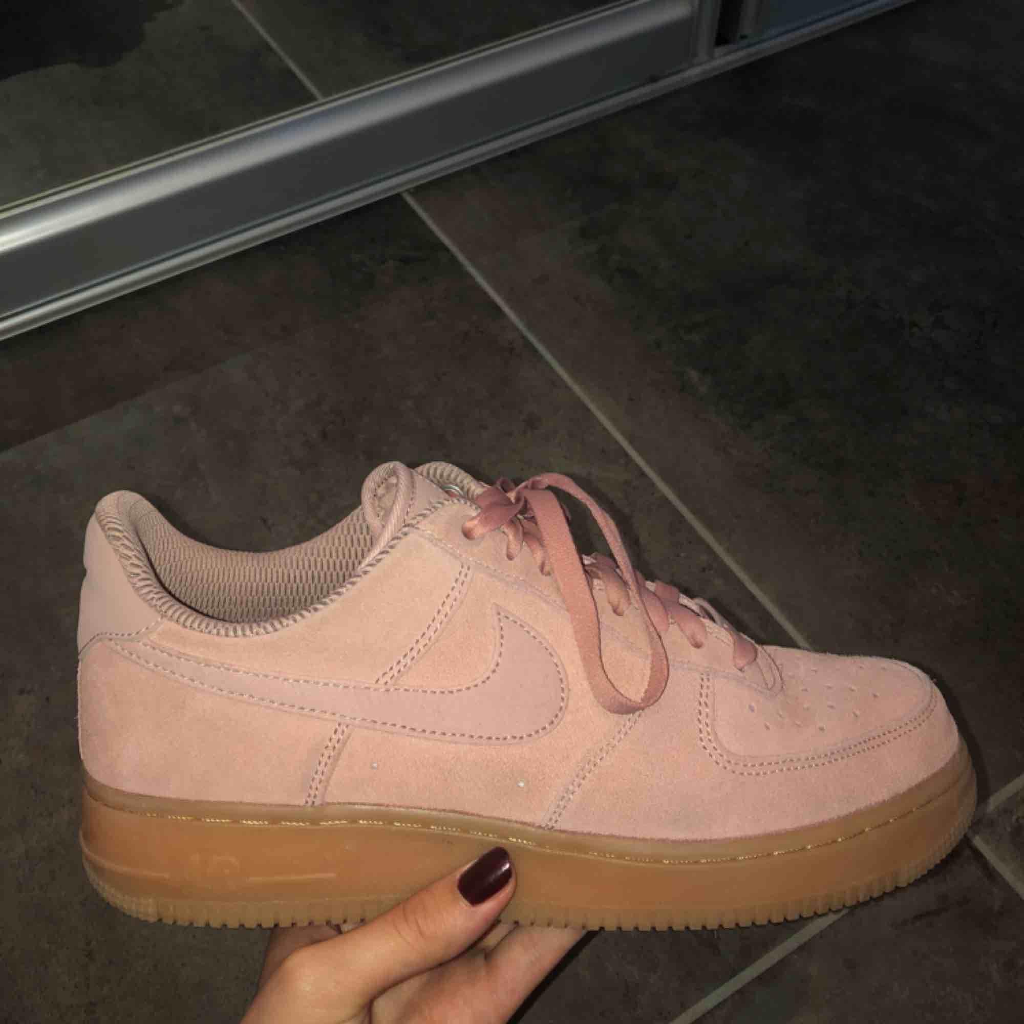 Super snygga rosa mocka nike air skor!!  Använda endast en gång pga. för stora för mig och gick inte att skicka tillbaka. Nypris 1 200kr Frakt tillkommer💘💘💘. Skor.
