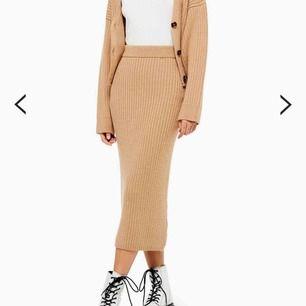 En superfin lång kjol som är perfekt nu på hösten! Helt ny och aldrig använd, säljer pågrund av att det är fel storlek. Skriv för fler bilder! Frakt tillkommer.