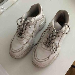 Chunky sneakers från Nelly, väl använda där av priset , smutsiga och slitna inuti vid hälen men sjukt snygga, pris kan diskuteras🥰