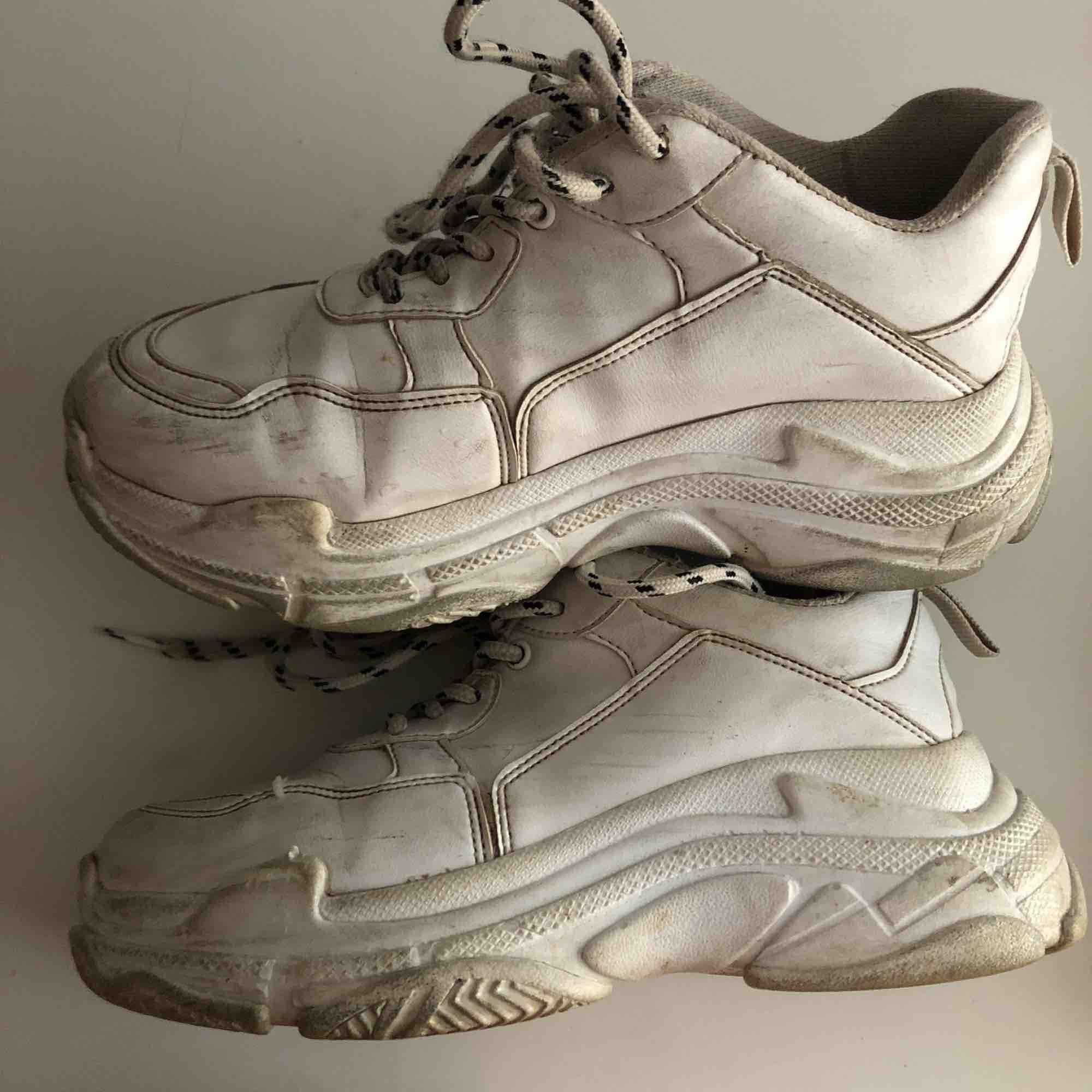 Chunky sneakers från Nelly, väl använda där av priset , smutsiga och slitna inuti vid hälen men sjukt snygga, pris kan diskuteras🥰. Skor.