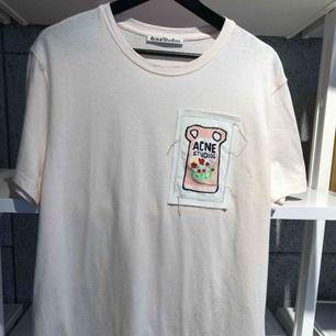 Underbar T-shirt från Acne Studios, aldrig använd. Storlek L men passar även M. Finns fortfarande på hemsidan för 1400kr.