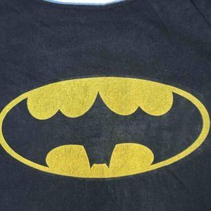 Oversized batman linne som jag själv klippt, väldigt skönt material o snyggt slitet skick på märket! 75kr inkl frakt