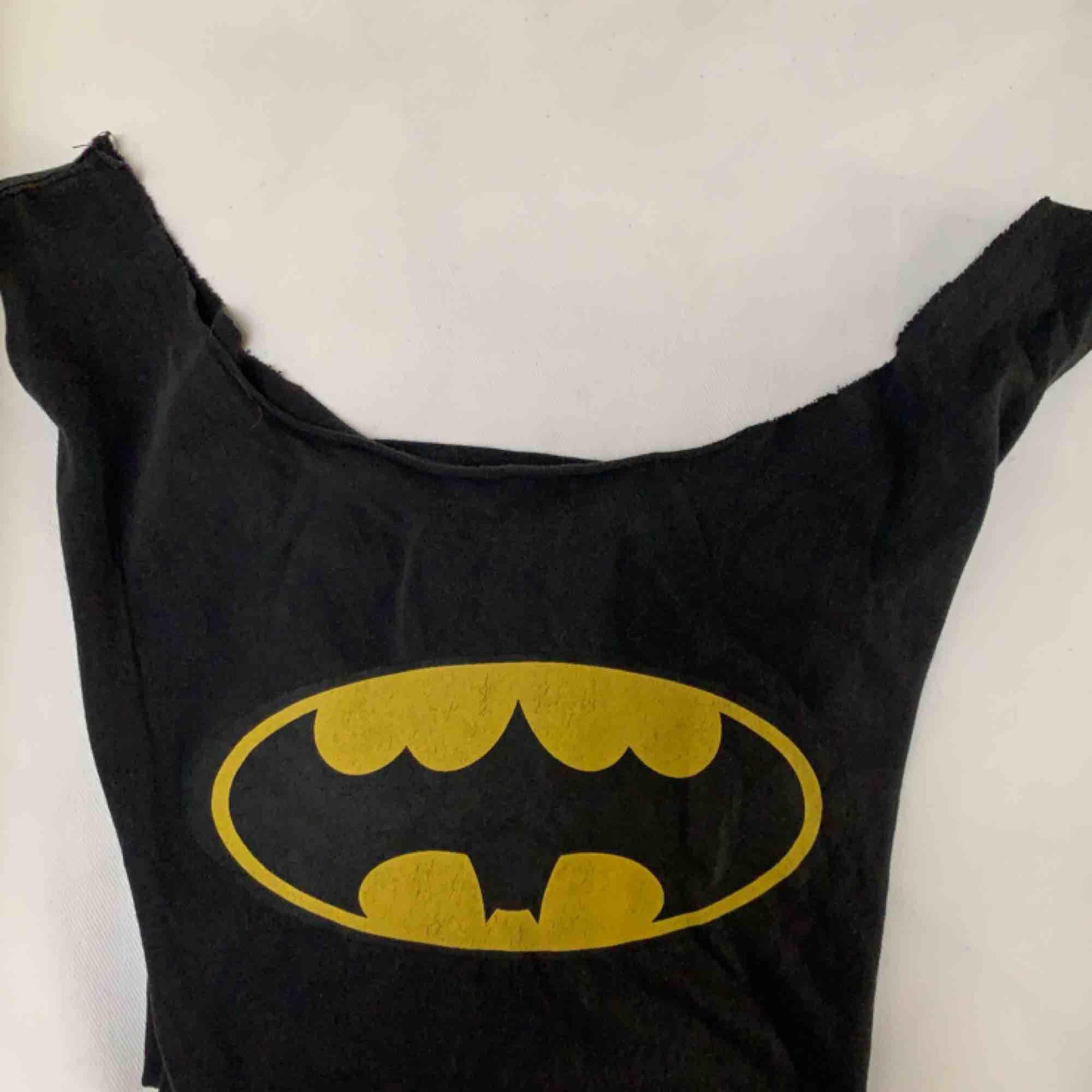 Oversized batman linne som jag själv klippt, väldigt skönt material o snyggt slitet skick på märket! 75kr inkl frakt. Skjortor.