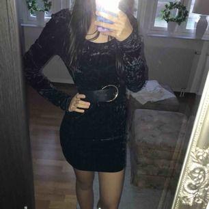 Sexig svart klänning i sammet från H&M. Säljer för halva priset för den tar bara plats i min garderob