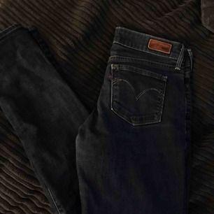 Levis jeans storlek 27 men skulle säga det är XS o en liten S! Använt fåtal gånger då de är försmå för mig ❤️