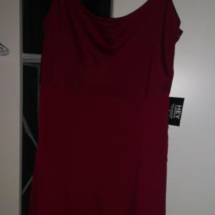 En jätte fin helt oanvänd klänning från Nly. Den är uppsydd i banden men fungerade it för mig ändå så darför  säljer jag den. Storlek 40 men passar 38 och mindre om man vill ha den men tex ett skärp. Köparen står för frakten❤️