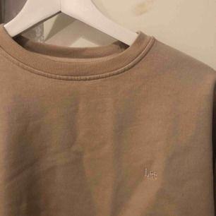 En beige lee sweatshirt. Köpt på humana second hand. Knappt använd.