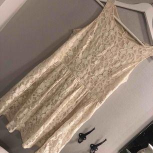 Fin spetsklänning i strl M, sparsamt använd