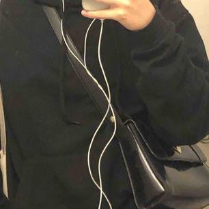 Svart i princip helt ny oversized hoodie köpt på skate-affär i Köpenhamn! 🤙🤙💕💕