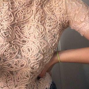 Jätte fin spets tröja från Zara! Inte kommit till jätte mycket användning då det inte är min stil! Dragkedja på baksidan ❤️❤️❤️har du mer frågor skriv privat!<3