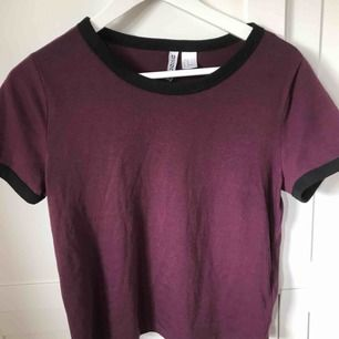Fin t-shirt från H&M💜 Använd en del Skulle säga att den passar både XS/S Frakt tillkommer❤️ En för 25kr eller båda för 40+frakt🥰