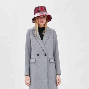 Säljer min kappa från Zara. Perfekt nu till hösten samt vinter!
