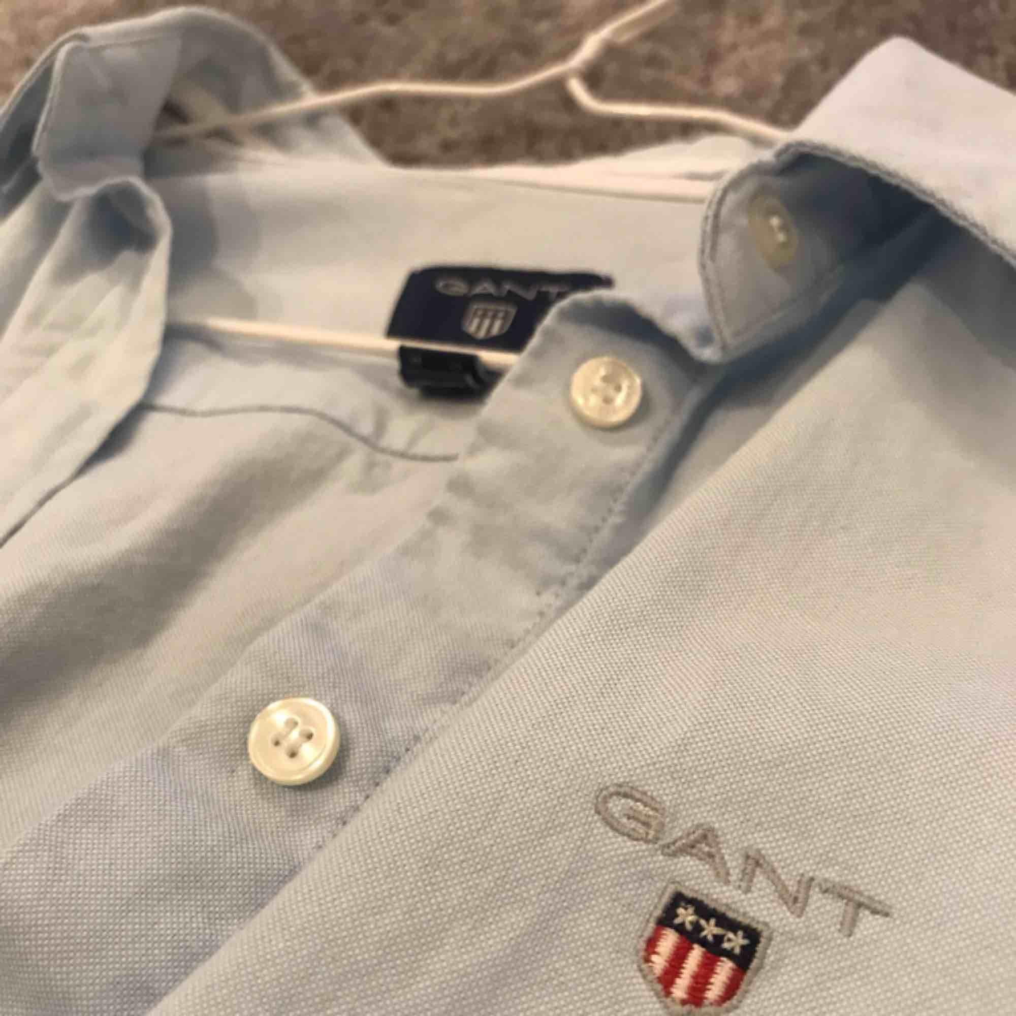 Ljusblå gantskjorta. Nyskick!. Skjortor.