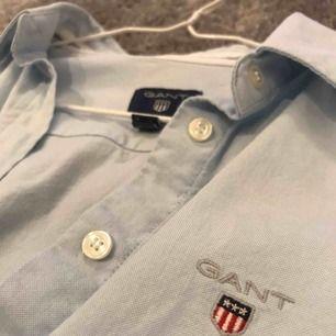 Ljusblå gantskjorta