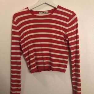 Croppad långärmad tröja ifrån Zara Superskönt material  Möts upp i centrala Uppsala annars tillkommer frakt