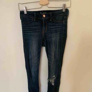 Hollister jeans som är stretchiga med ett hål på knät, väldigt bra skick