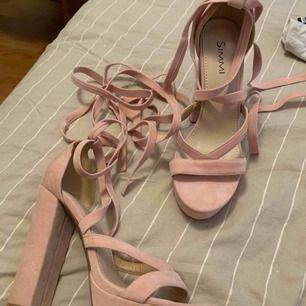 Skor från SHIMMI, aldrig använda pga att de är förstora för mig :( Storlek 9, så typ 40?💙
