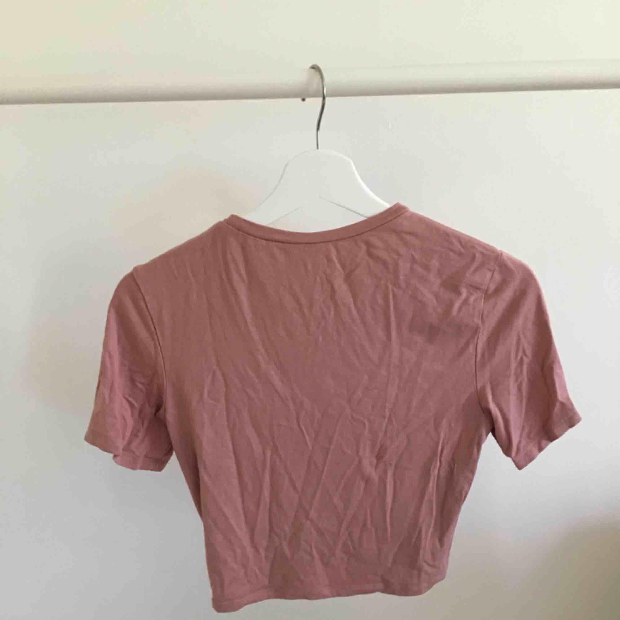 Rosa magtröja, bra kvalitet . T-shirts.