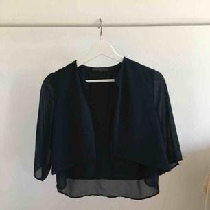 Marinblå mesh kofta/blus att ha tex över en klänning, bra kvalitet, aldrig använd