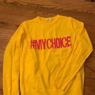 Snygg tröja från mango! Gul färg med rosa text. Använd en gång.