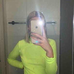 Neongul/grön långärmad kort topp , köpt här på plick men aldrig använd av mig. Ser ny ut 🌸