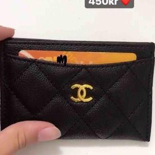Chanel korthållare i caviar skinn med guld CC. Inte äkta. Kan skickas emot fraktkostnad
