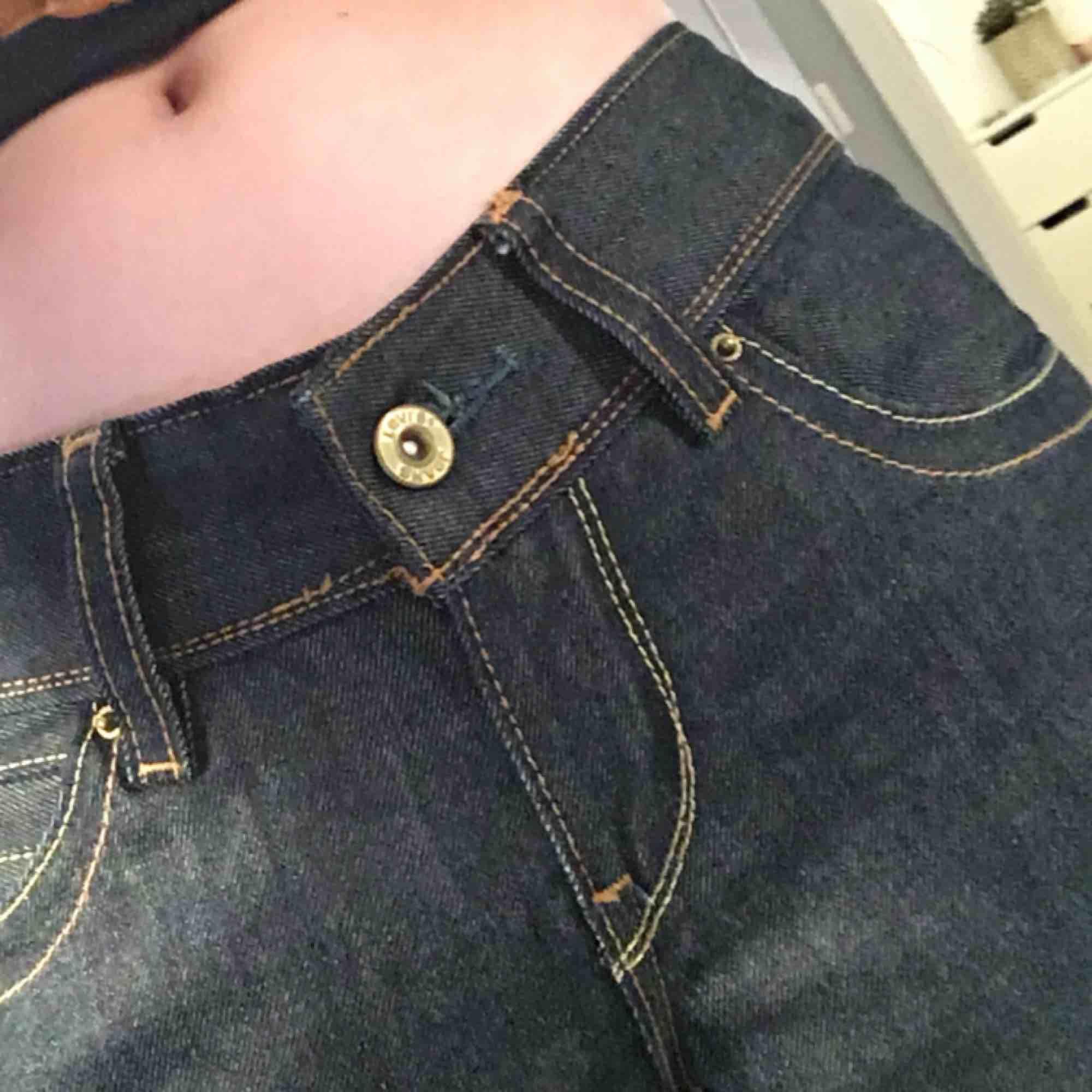 Ett par Levi's jeans som är använda 2 gånger. I modellen 570 straight fit med långa raka ben 💙🇺🇸Köparen står för frakten 📦📬. Jeans & Byxor.