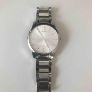 Calvin Klein City. 43 mm, urtavlan är silver. Frakten ingår i mitt pris.