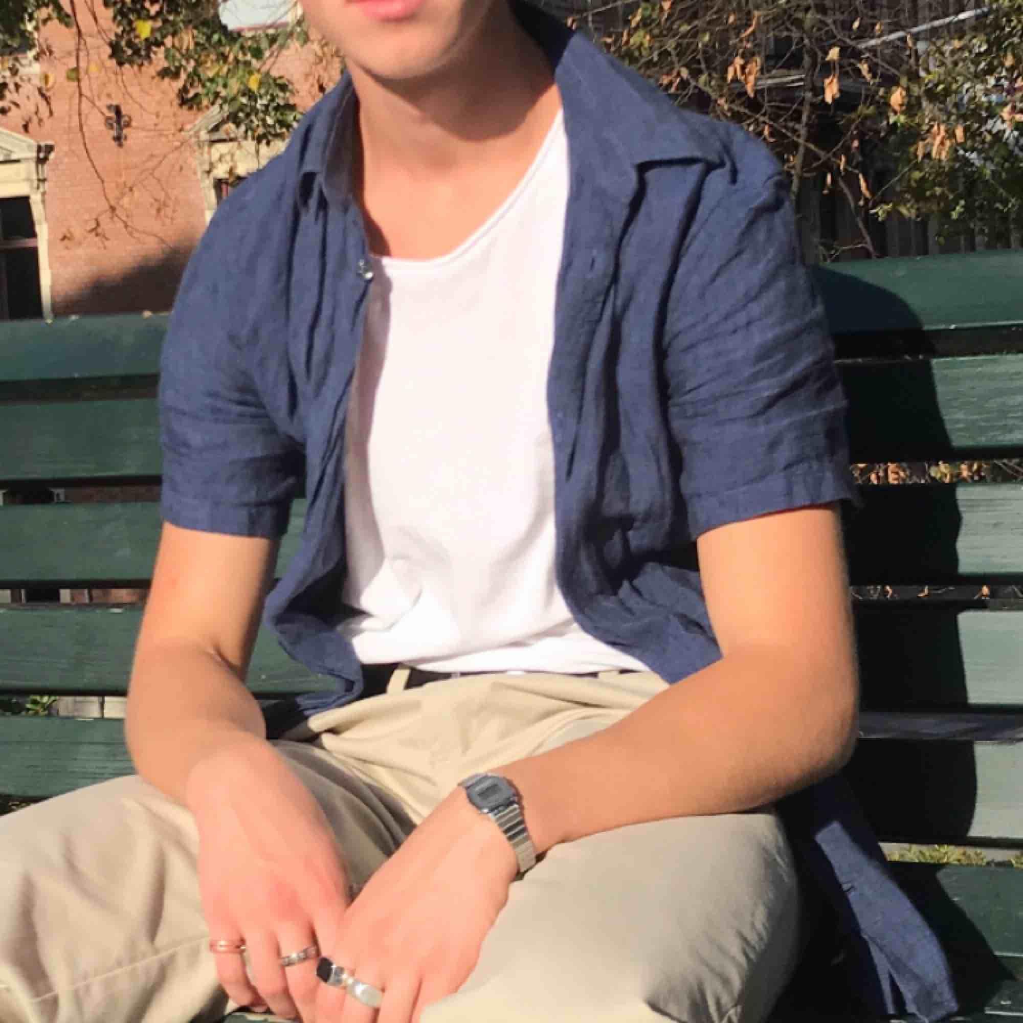 Superfin mörkblå linneskjorta i fint skick. Skjortor.