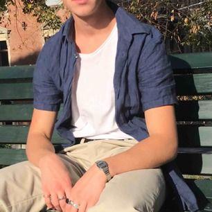 Superfin mörkblå linneskjorta i fint skick