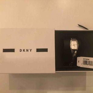 Klocka av märket DKNY. Urtavlan är vit, diametern 22mm och originallådan finns.