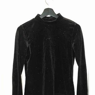En riktigt fin polo-tröja? i sammetsmaterial med guld glitter från Monki! Jättefin nu till hösten och vintern. Säljer på grund av att den är lite tight vid armarna på mig som vanligtvis bär s/m, hör av er vid frågor💞💞💞