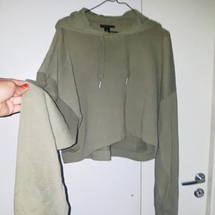 Skitsnygg cropad hoodie från Monki. Vida ärmar. Oversized passform. Frakt tillkommer på 55 kr ❤