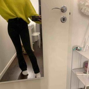 Snygga svarta flare jeans, fraktar endast! 50kr