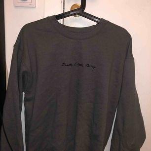 Mörkare grå sweatshirt i storlek S Lite oversize Aldrig använd