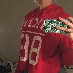 Röd cropped hoodie, med vit tryck fram och luva bak, täcker magen på mig när jag inte sträcker på mig (är 160cm), bra kvalitet