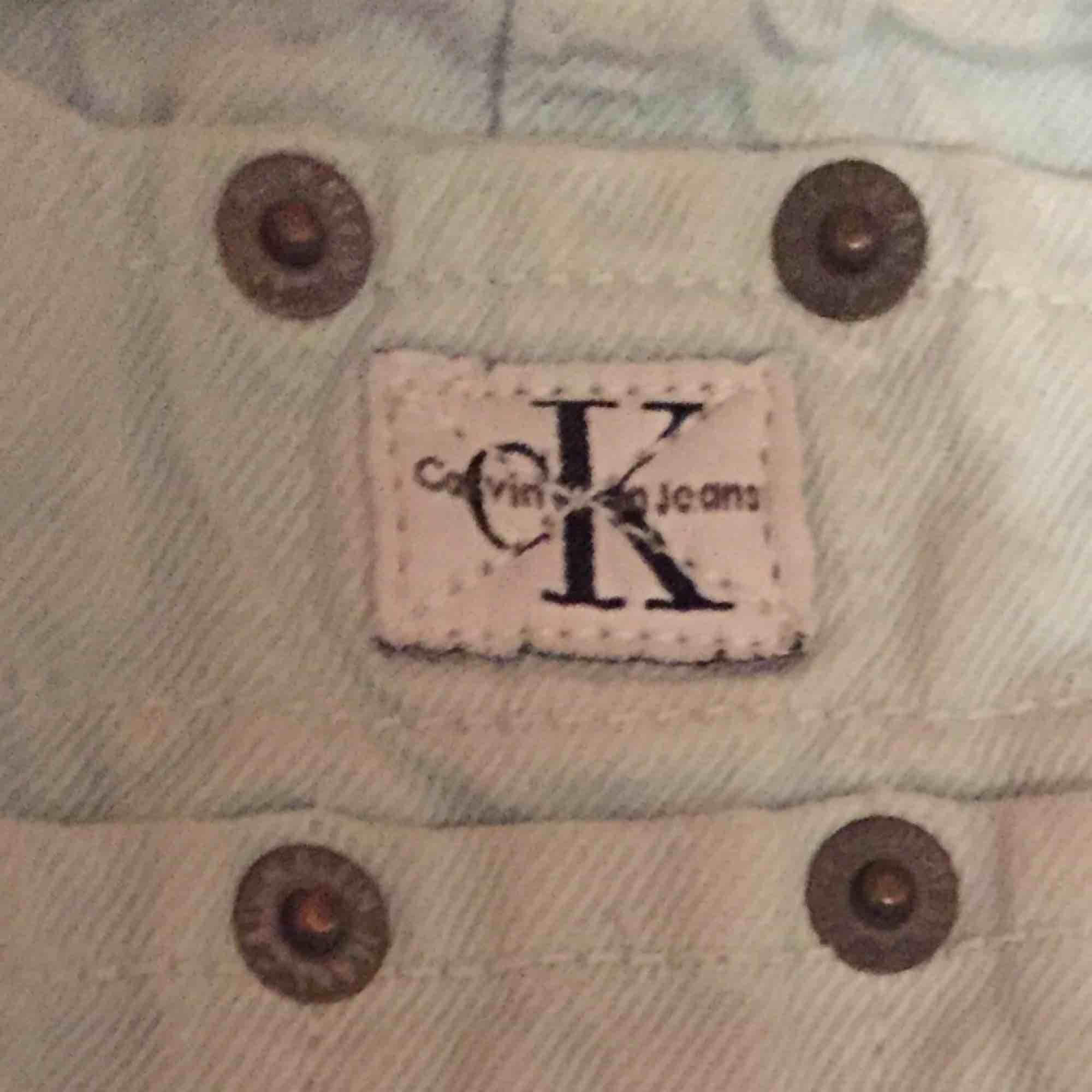 Ljusblåa hängselshorts från Calvin Klein. I bra skick, sällan använda. Kan mötas upp i Stockholm eller skicka. 🥰. Shorts.
