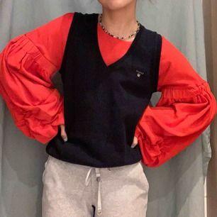 OBS säljer endast röda tröjan❤️ snygg tröja med moderna ballong-armar. Köpt på zara men aldrig använd! Älskar att ha väst över dessa tröjor🥰