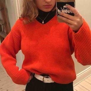 En fin stickad lite oversized tröja i en otroligt fin orange färg! Nästan aldrig använd och är i mycket fint skick. Köpt i Paris från okänt märke.🌞