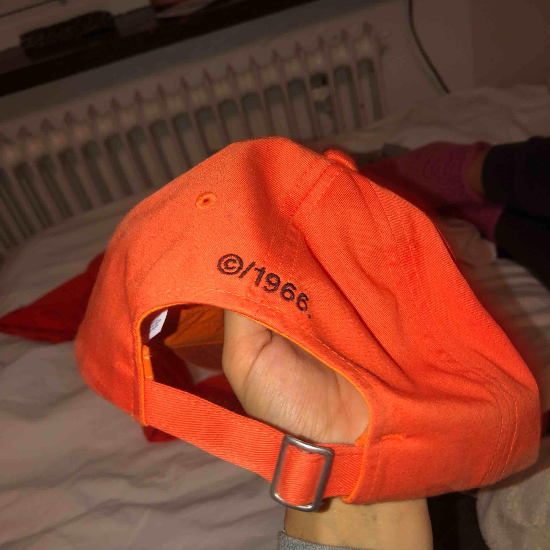 En helt ny oanvänd north face keps köpt för 300kr. Skit snygg orange färg. Sitter super snyggt på . Accessoarer.