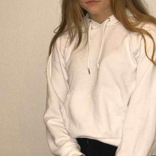 En vit fin hoodie , andvänd några gånger och har ett skönt material. Den är lite större i sin storlek