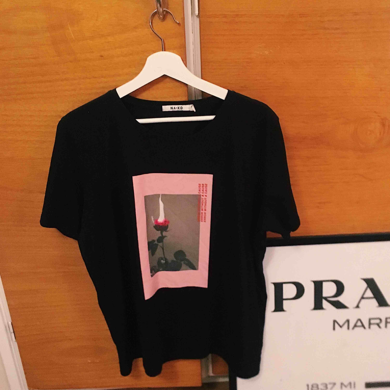 T shirt ifrån NAKD Aldrig använd, liten i storleken. Skjortor.