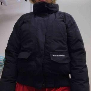 Skit snygg peakperformance vinterjacka med tjockt äkta dun, bra muddar,dragkedja och knappar och bra fickor.