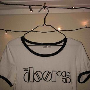 En riktigt snygg The Doors-tröja 😍 Är en storlek m fast med väldigt tajt passform, så om man vill ha den lite lösare så passar den bra till XS-S