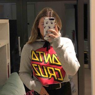 En kroppad hoodie från santa cruz, köpt i Australien men den är inte riktigt min stil. Har aldrig använt den och den köptes i maj i år:) Frakt tillkommer, köparen står för frakt