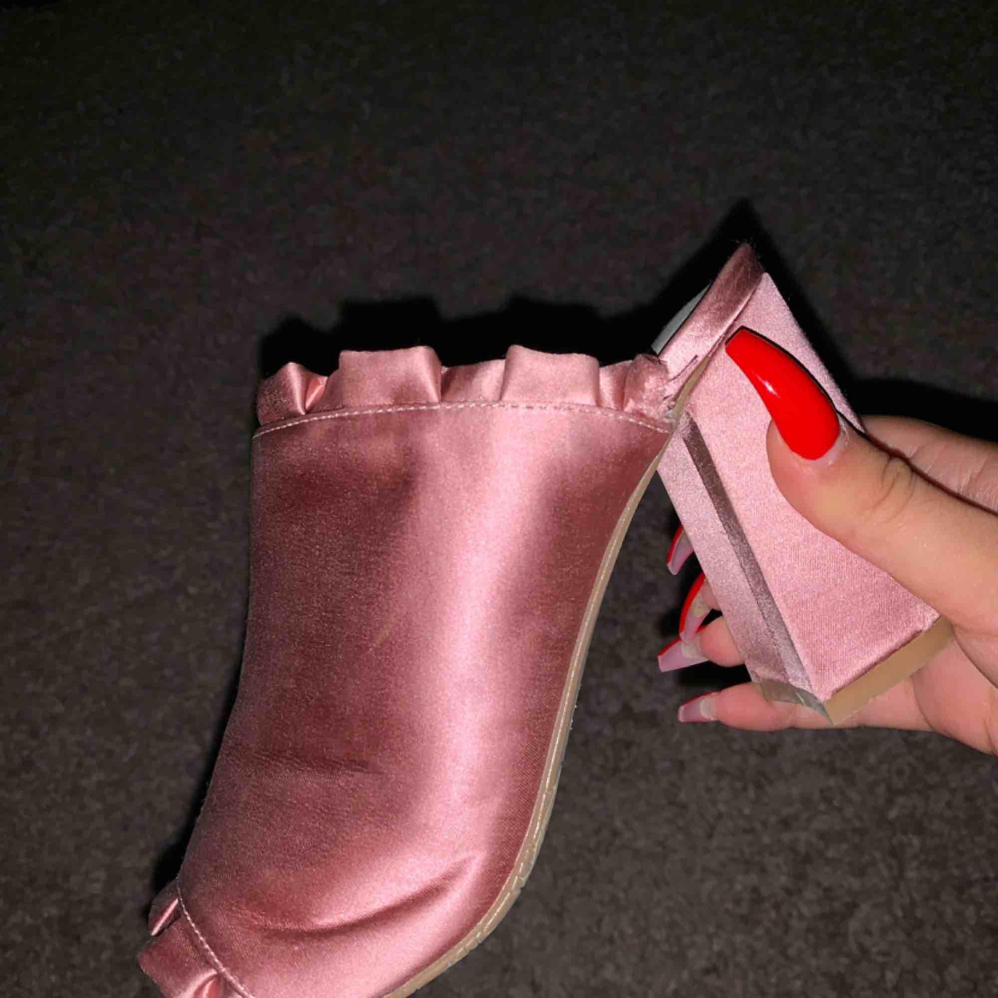 Söta klackar från tiamo aldrig använda pga de är för små. Nypris  700. Skor.
