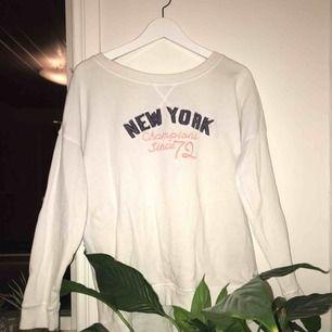Vit mysig sweatshirt, ganska oanvänd (pris kan diskuteras)