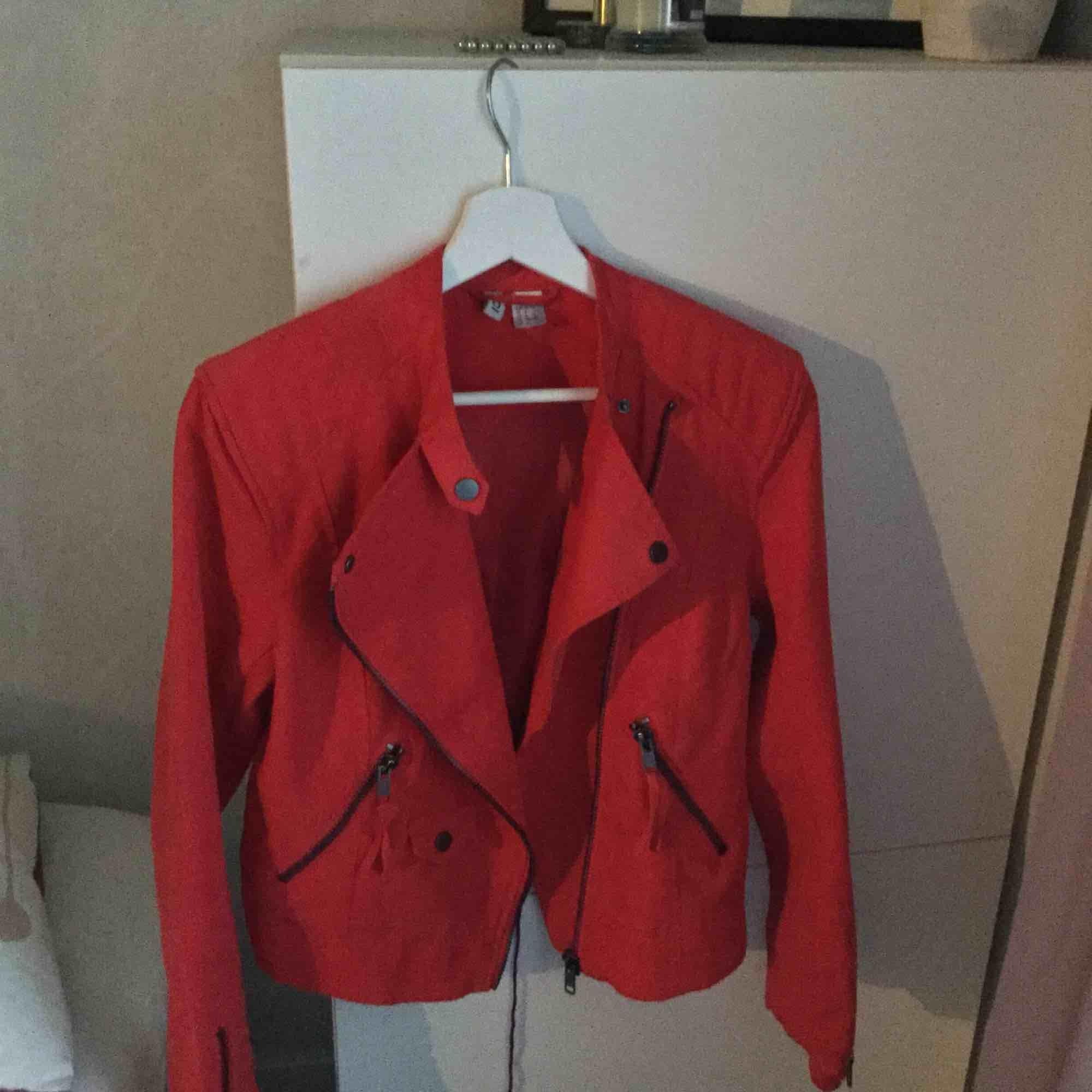 Röd jacka i mocka tyg från h&m. Nypris 300. Köpt för ett halvår sedan men ej använt mer än två gånger. Passar även storlek 36. Jackor.