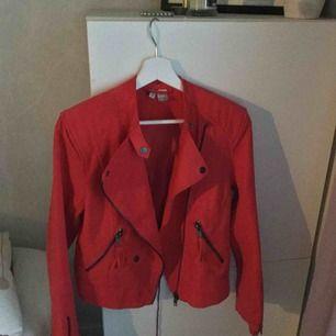 Röd jacka i mocka tyg från h&m. Nypris 300. Köpt för ett halvår sedan men ej använt mer än två gånger. Passar även storlek 36